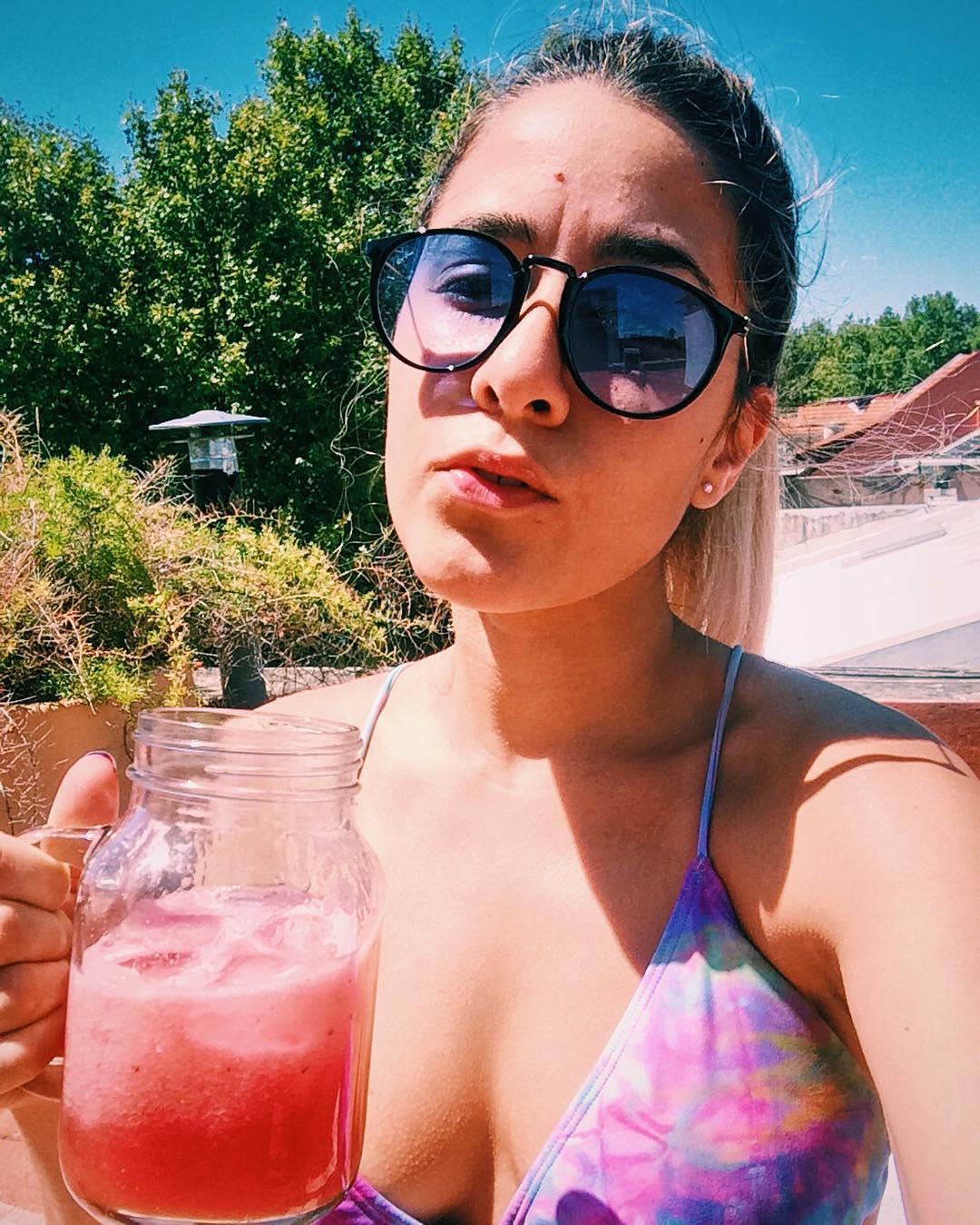 Esto es estudiar una materia de verano en verano bikini, textos y algo fresco, jugo de sandia
