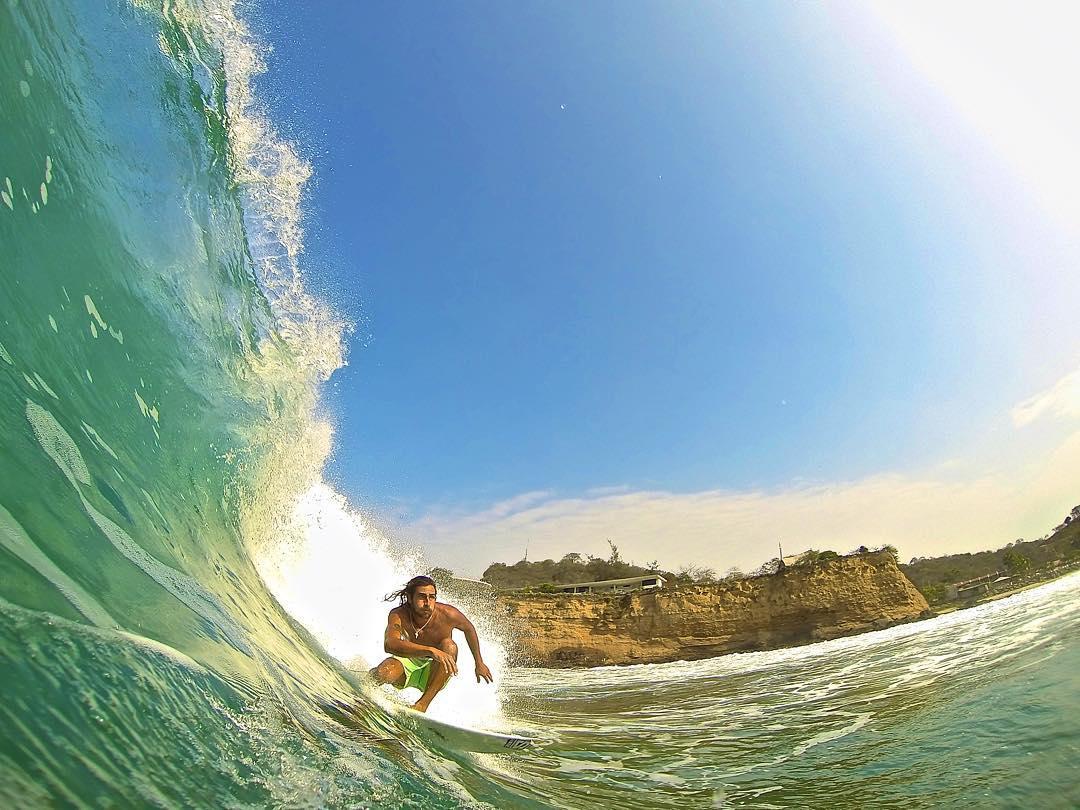 Febrero sigue siendo verano.  @gambellini y una de nuestras fotos favoritas.  #surfing  Ph. @jl_