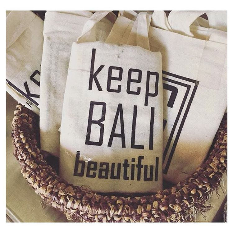 Did you know❓ Denpasar stores will soon charge a fee to shoppers for plastic bags. We like this alternative by @grocerandgrind (posted by @littlebalilove) and we also have some options lined w/ repurposed rice sacks--check our site (Indosole.com) for...