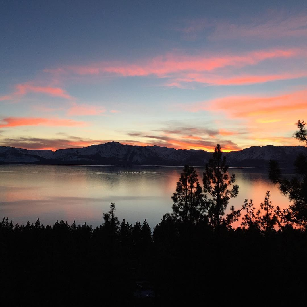 On a scale of 1 to 2, I'd give this Tahoe sunset a 2 #laketahoe #sunset #california #norcal #dreamy