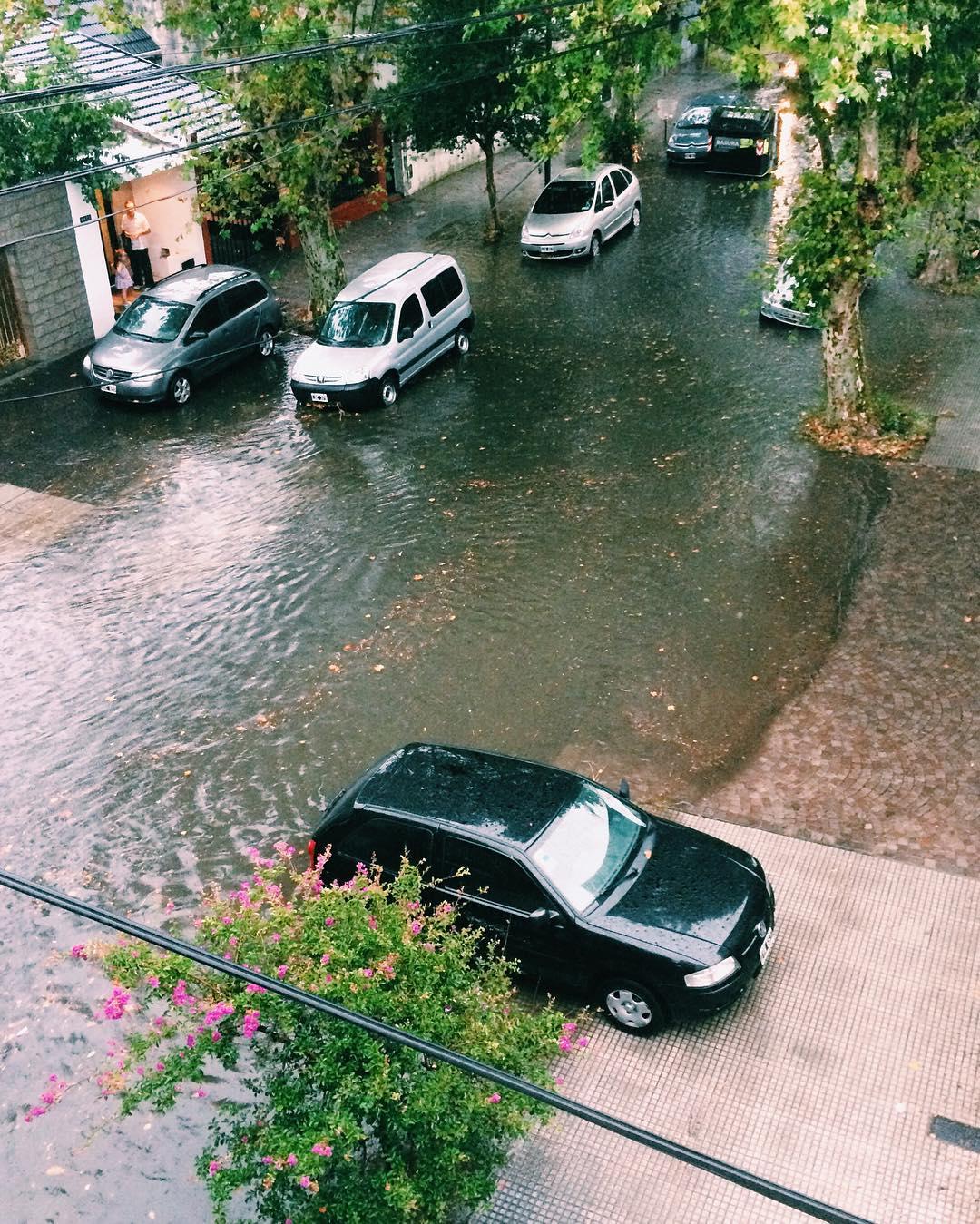 Se me estaría inundando el barrio @mauriciomacri  sr presidente cuando va a solucionar el asunto? #iphone #buenosaires #inundacion #macri