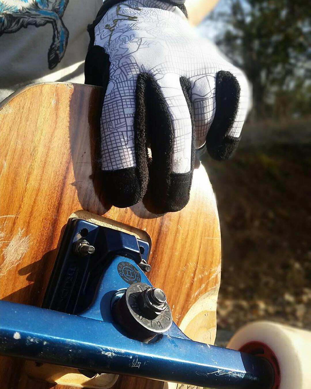 @fillbackside knows that #midnightsatin Caliber trucks and @skatebloodorange @liam_lbdr_ pro gloves go well together