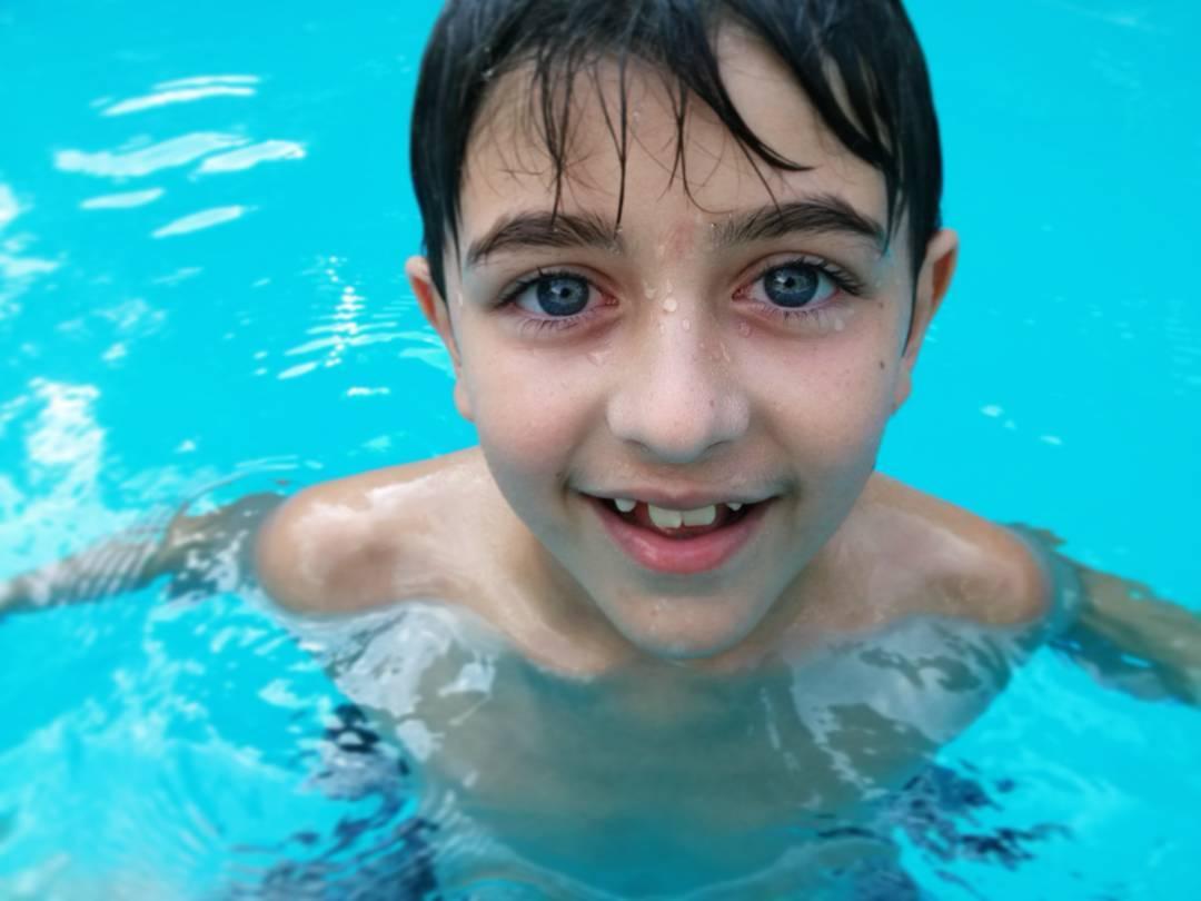 Sus ojos, mi cielo. Amo a este nene. #hermano #fratello #bro #blueeyes #pool #summer