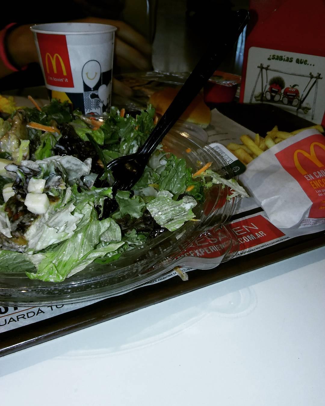 Soy de las que va a #mcdonalds y pide ensalada.