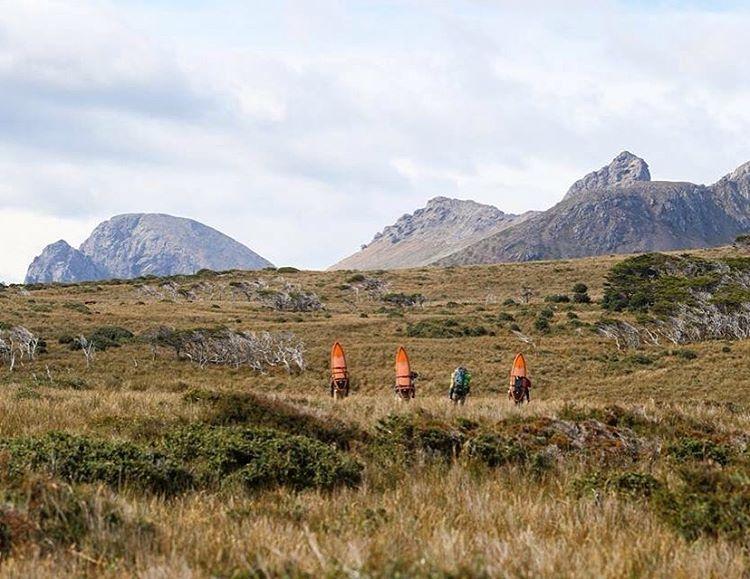 Tuvimos que cruzar los cerros más altos de Península Mitre para poder continuar la expedición.  Nunca imaginamos estar a esas alturas con una tabla en la espalda.  Tardamos 3 días en volver a estar en el mar nuevamente.#conservemos #peninsulamitre...