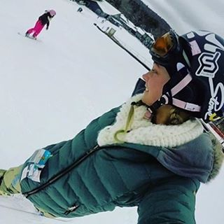 Great shot @shar.203 shredding with the minis!!! #snowboarding #ridelikeagirl #justsendit #girls @stowemt @romesnowboards #romesds #stowe