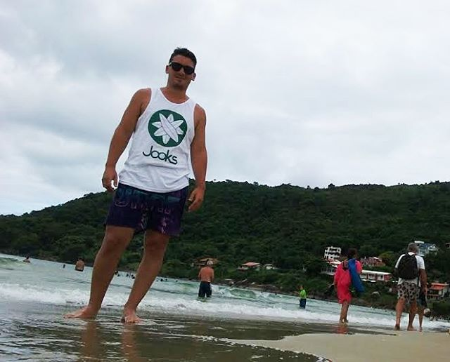 Nos llegan fotos desde Praia de Daniela, Florianopolis, Brasil. Vos también podes mandarnos tú foto! Just One Option Keep Surfing #Jooks #surf #surfing #surfshop #surfcamp #brand #brasil #praia #skateshop #skate #clothes #cool #summer #clothing #brand