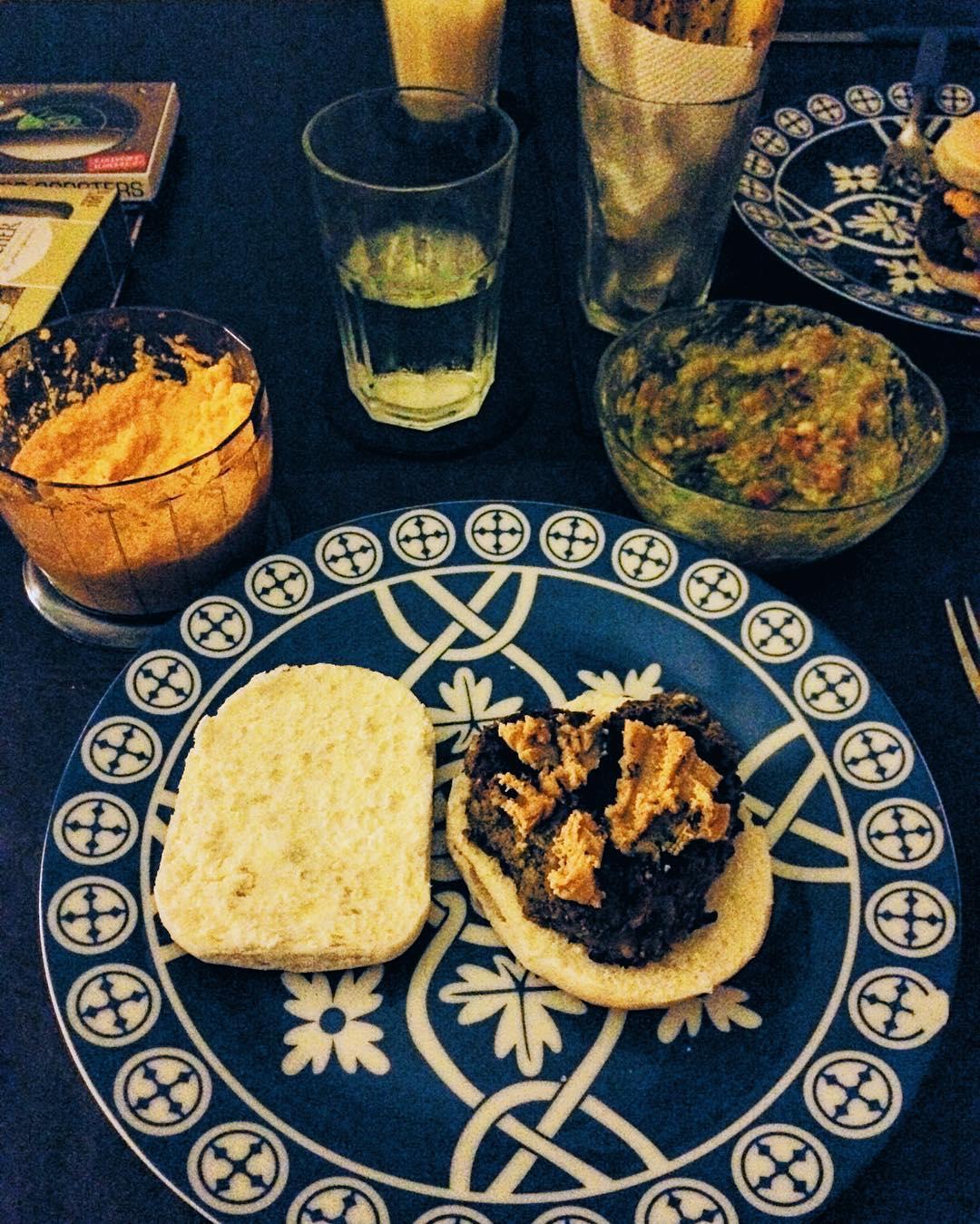 Jajja no es muy estetica la foto, pero queria mostrar mi cena de san valentin hamburguesas vegan de lentejas y cebolla con pimenton y curry con quedo de castañas de caju acompañada por mayonesa de zanahoria guacamole y papas rusticas en cuña para...