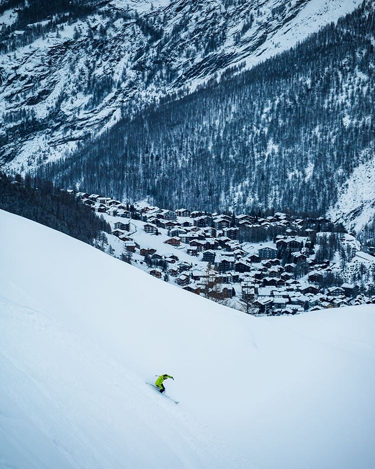 Saas Fee, pearl of the Swiss Alps! ❄️ Year round skiing, plenty of powder, quaint small town vibes, car-free, and collectively some of the best food we ate in Switzerland.