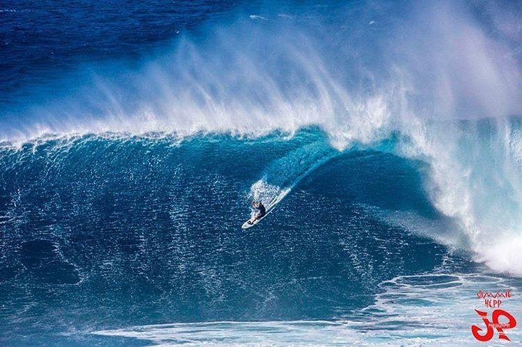 @mvari surfing big waves. PH: @jimmie4art! #martinvari #jimmiehepp #bigwaves #fearless #kitesurf #surf #kite #kitesurfing #varikites #waves #prorider #worldchampion #rider #fearless