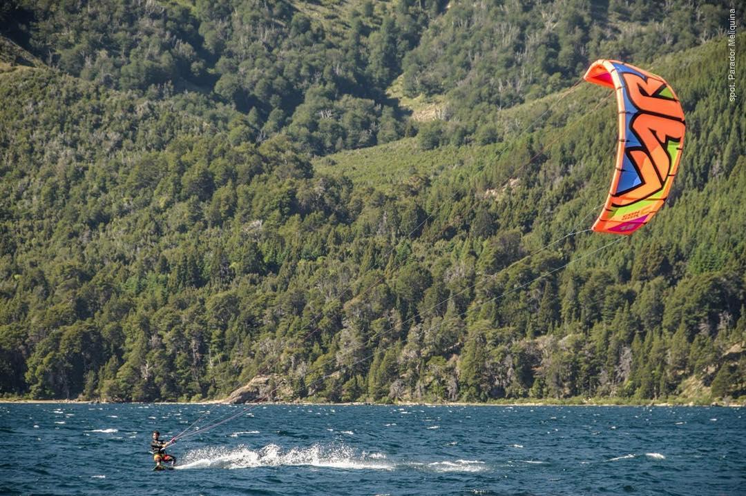 @nicklausamoroso Riding life! PH: #nouuei #patagonia #ridingpatagoniavari #ridinglife #kite #kitesurf #kitespots #meliquina #paradormeliquina #argentina #varikites #condorc