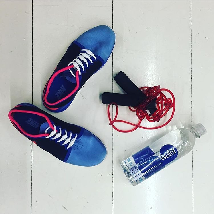 Weekly workout routines are great, but trying something new (like a jumprope workout) can shock your muscles and help your body to get over that plateau you've been struggling with. Thanks for reminding us @chiselclub_byla!