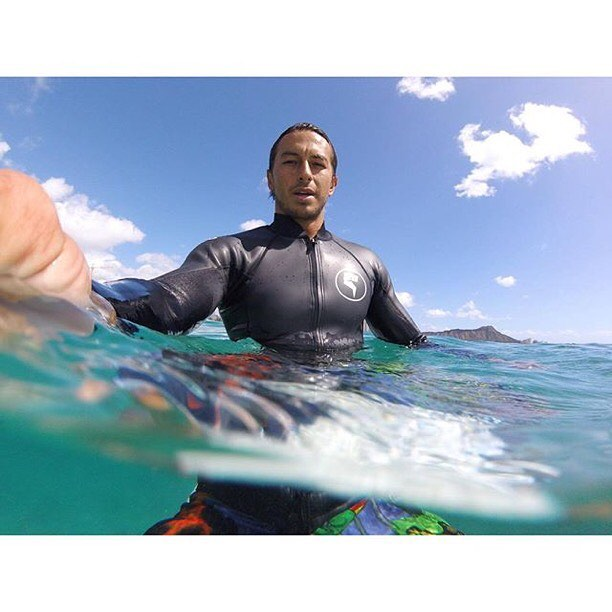 Waiting in between sets with Team Rider @kainoahaas and his new Super Skin wetsuit top!