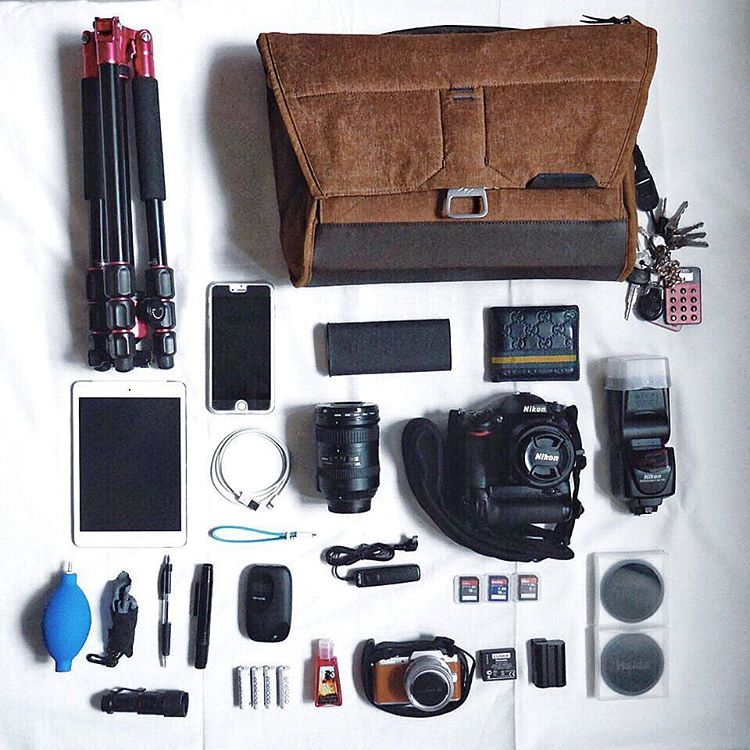 Here's what @randylim27 keeps in his Everyday Messenger.  #repost of photo by @randylim27. #theeverydaymessenger #bagdump