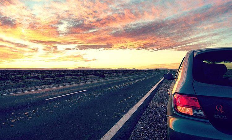 Porque amamos las cosas simples de la vida, frenamos al costado de la ruta a disfrutar del atardecer.