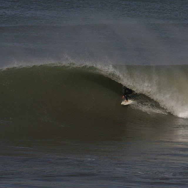 Tubazo de @juanmanuelarca Mar del plata con olas, surf en casa :) Ph: Hugo Antonena #soul #surfing #waves #reefargentina