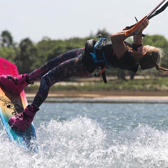 When you want to lengthen your session and focus on progression, the Laura legging has you covered. @mcclurelindsay #sensilaura #kiteboarding #kitesurf #jointheadventure