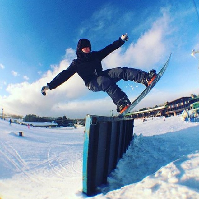 Our Filmer Zach ( @snowhobozach ) getting properly blunted on this ☀️y day at @pineknobpark in Michigan 〰⚡️〰 #sognar #snowboarding #createordie #michigan #buildlocallyspreadglobally
