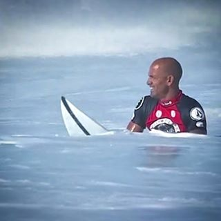2016 is getting more interesting for @kellyslater ...as ends his 2 year podium drought with a huge 1st place win in perfect #Pipeline conditions at the @volcom Pipe Pro