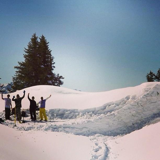 Buenas sesiones en #arlberg seguimos paleando cosas. Con @aurelanthamatten @leviluggen @holzi66 @slashsnow @nikesnowboarding