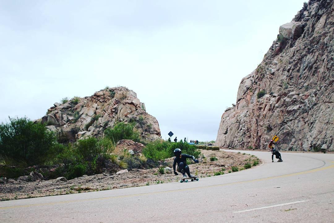Claudio Morales y una tirada a fondo con amigos... #TeamWika #Downhill #Longboarding  Foto: Vicky Wonka