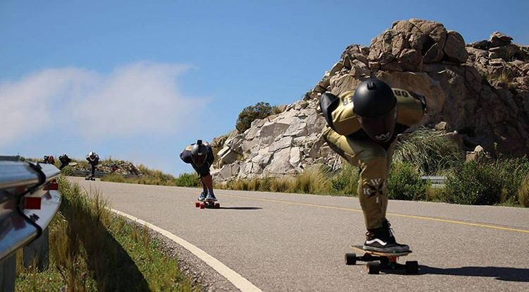 Santi Obermeller bajando a fondo como siempre... ¿Cual es tu SPOT favorito para #andarxandar?  #TeamWika #WikaSport #Longboarding #Argentina #BuenosAires #Downhill #Fast