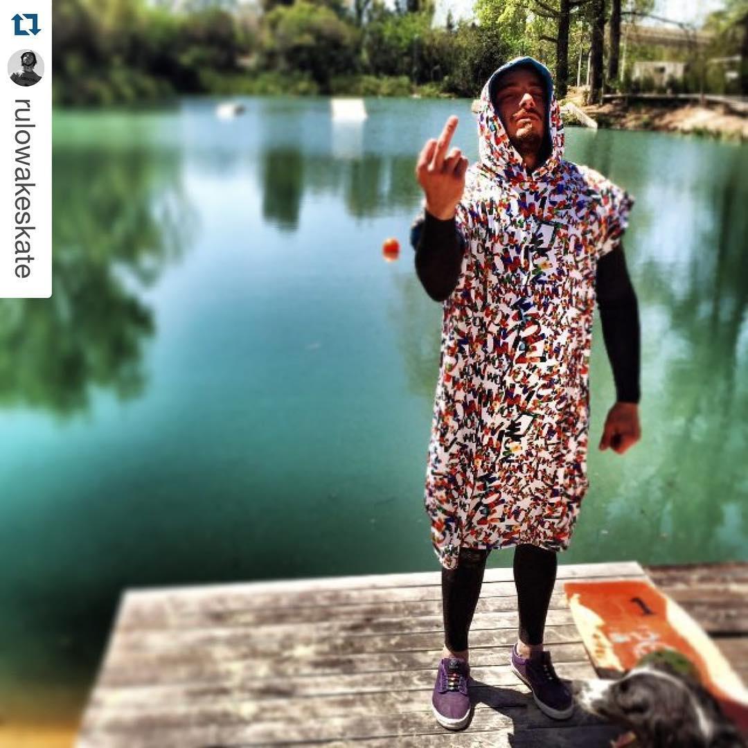 @rulowakeskate abrigandose con #ponchoWOW antes de entrar al agua!  #wildonwater #WaterLover #riderWOW #ponchocononda