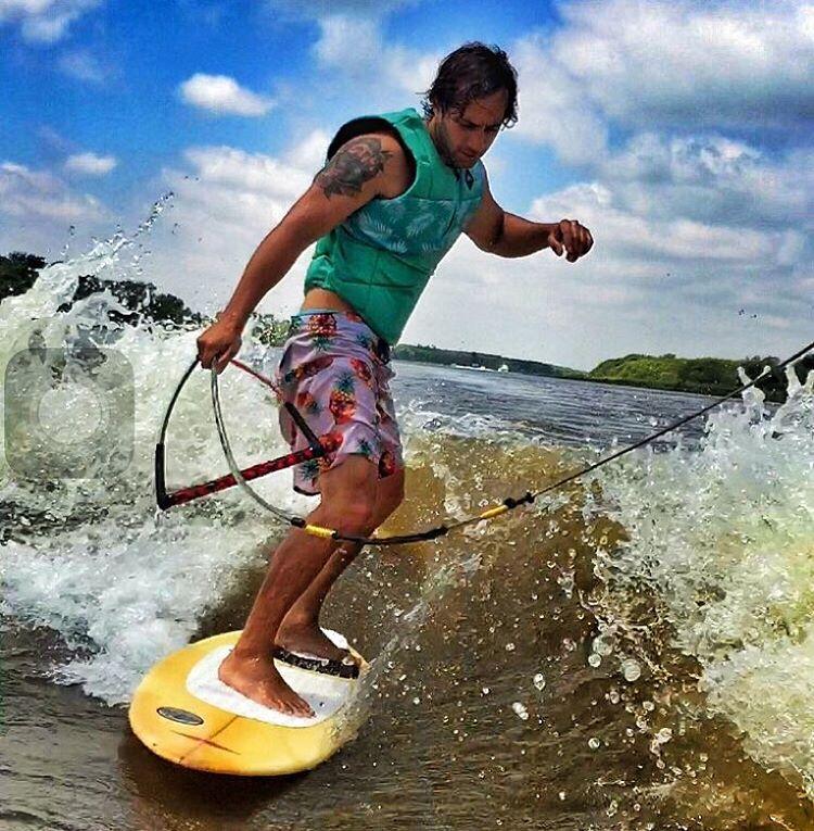 #wakesurfing. Un híbrido entre Wake y el surf, una lancha genera una ola que te da la posibilidad de Surfear. #wow #trajedebaño #anaskul #summer2016