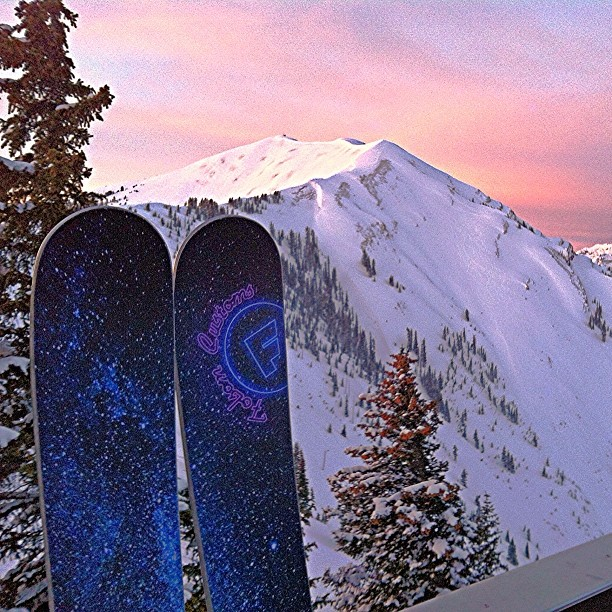 Another one from this mornings sunrise shoot @aspensnowmass with @escapewithjenny #highlandsbowl #bombholes