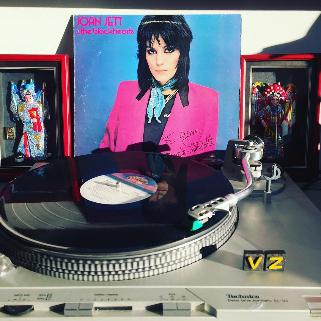 We love rock n roll! Closing out this #TurntableTuesday with this bad ass record from #JoanJett!