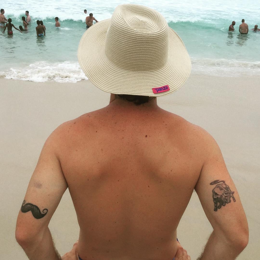 Nuestro @candelariatinelli (en potencia)  #tatoo #ink #beachwear #beachlife #summer #hat #verano