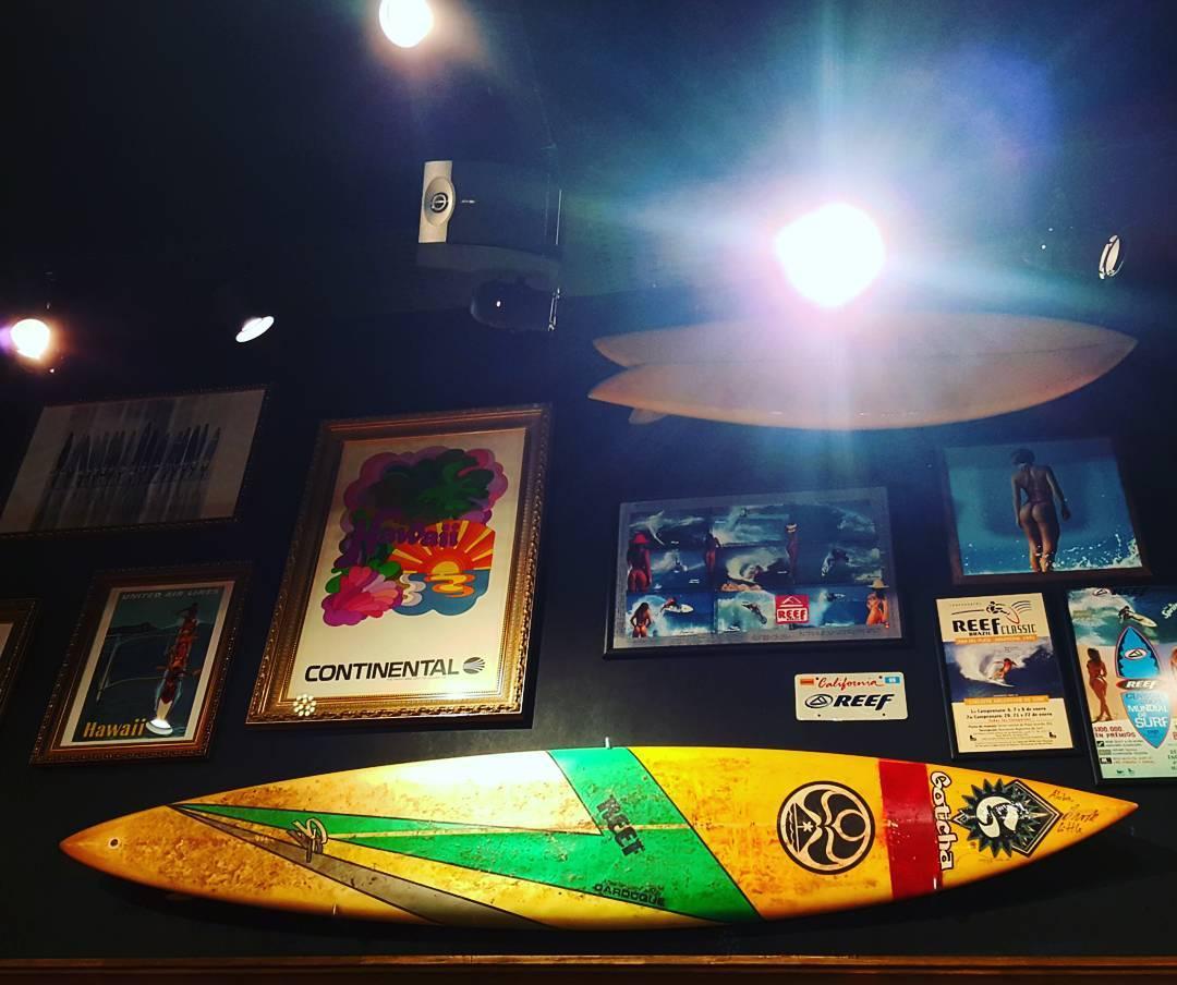 Una Hermosa tabla de Brock Little, en sus dias como parte del team #gotcha, en el nuevo @alamoanasurfshop del #paseoaldrey en Mar del Plata. #gotcha #alamoana #officialdealer