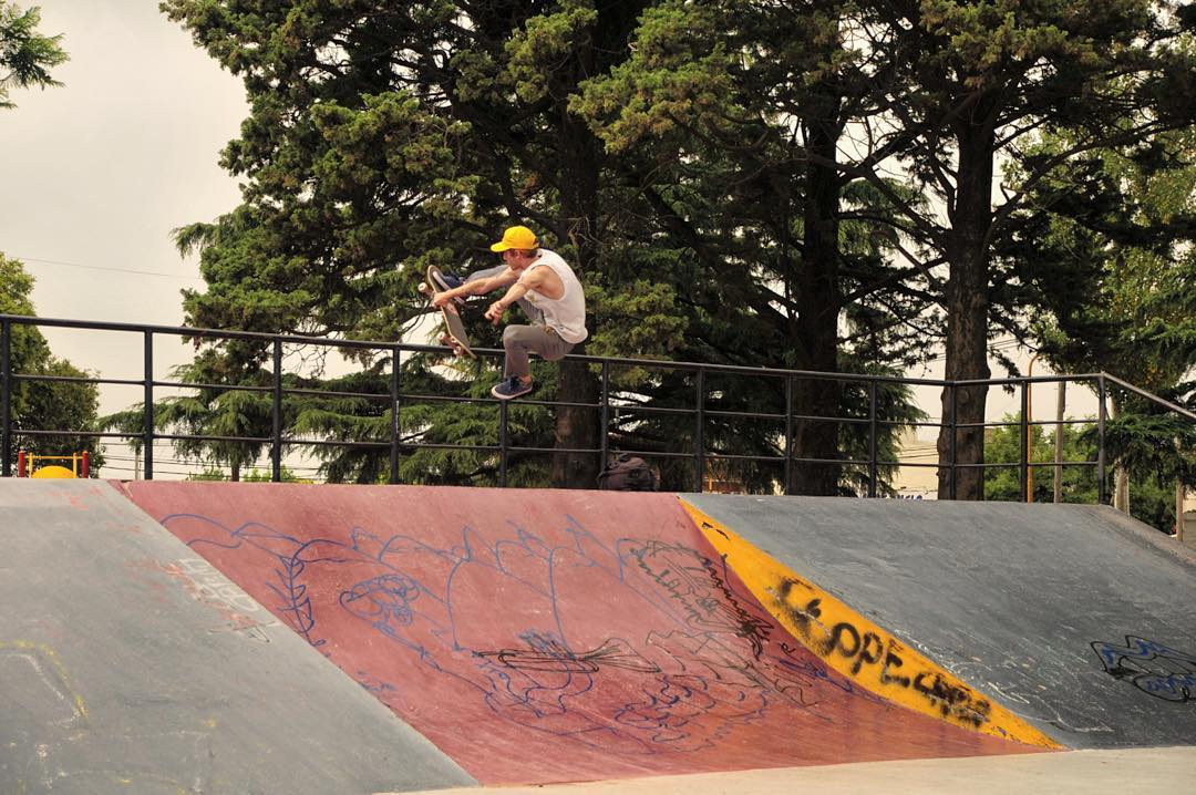 @tucadepucho faltó unos días a laburar. Ya podes ver el tour que hizo @shaman_skateboards por 6 ciudades de Buenos Aires en la página de @7capasmag  Foto @claudiocichero  #chilling #chillingambassadors