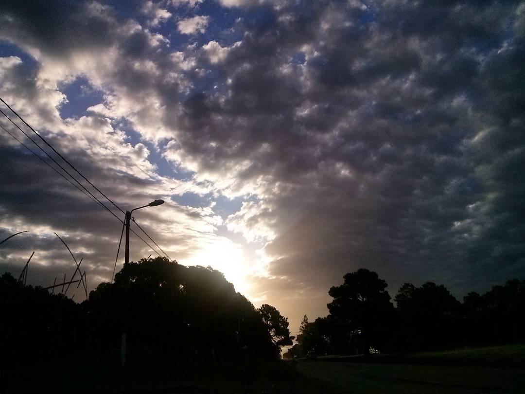 Acá el porqué salgo a correr cuando cae el sol. #atardecer #tramonto #sunset #cielo #sky #running #nuevaatlantis