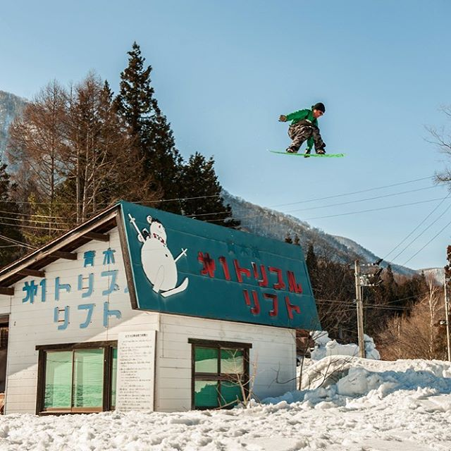 Japan's Dead Resorts can still be fun. Here flux rider, @shaunmurphy413 Shaun Murphy sends one over the hut that used to sell lift tickets. Photo: @zizophoto ‪#‎fluxbindings‬ ‪#‎snowboards‬ ‪#‎snowboarding ❄️