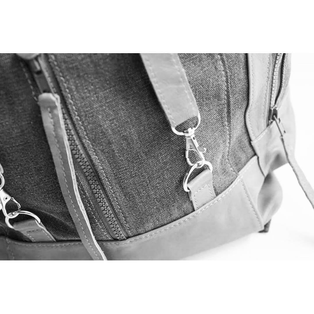 Nuestra mochila Junco tiene un nuevo método de acceso con mosquetones que la hace más cómoda y segura.  #readyfortheweekend #travelsafe #mambobackpacks