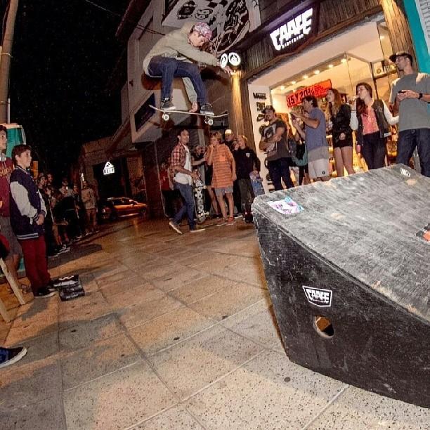 @joeldecastroskate ramp session en la puerta de Caafe skateshop #marpla2016 #BluntFootwear #believeskateboards #arisetrucks