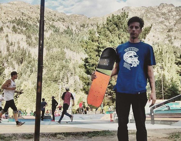 @nicolas_hernandez_  ayer en la Fiesta Regional del Bosque en Lago Puelo. Luego de recibir un reconocimiento realizo una demo junto a reprsentantes de varios Teams. #skateboarding #southside
