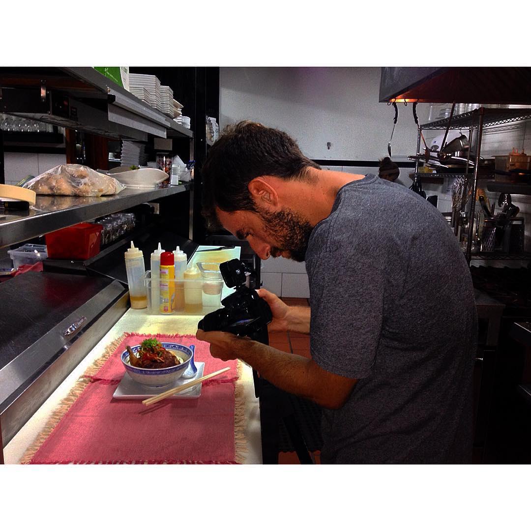 Ganando el kilómetro de cada día. El Pato tirando unas tomas en Hotel Sansara para una producción de videos gastronómicos!