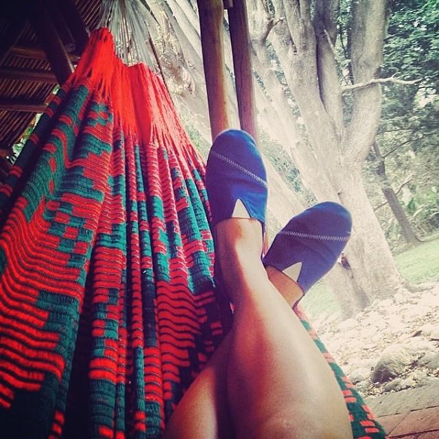 Chillin: The art of doing nothing without being bored. Regram: @angiepalaciosc #PaezInspire #Chillin #PaezSinatra #PaezShoes #BlueShoes