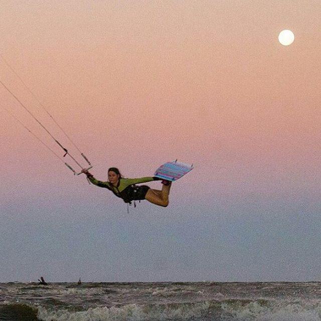 Fly Pica (@agustinacerruti ) Fly!!! Hay gente que sabe de este deporte, ella es un referente, sigan en instagram a esta genia de los deportes de tabla!!! #reefteam #kitesurf #fullmoon