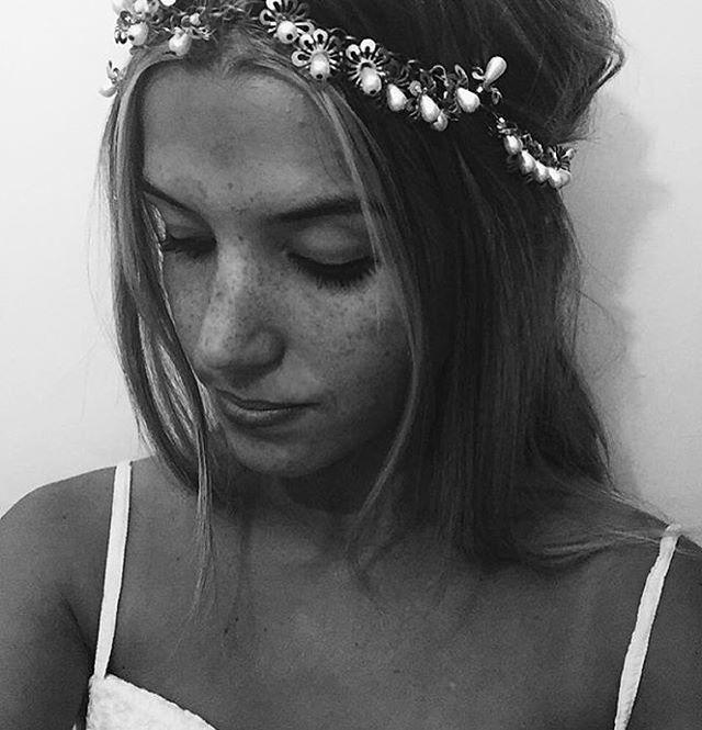 Vincha de flores y perlas en la cabeza de la potra de @luciaabelleira