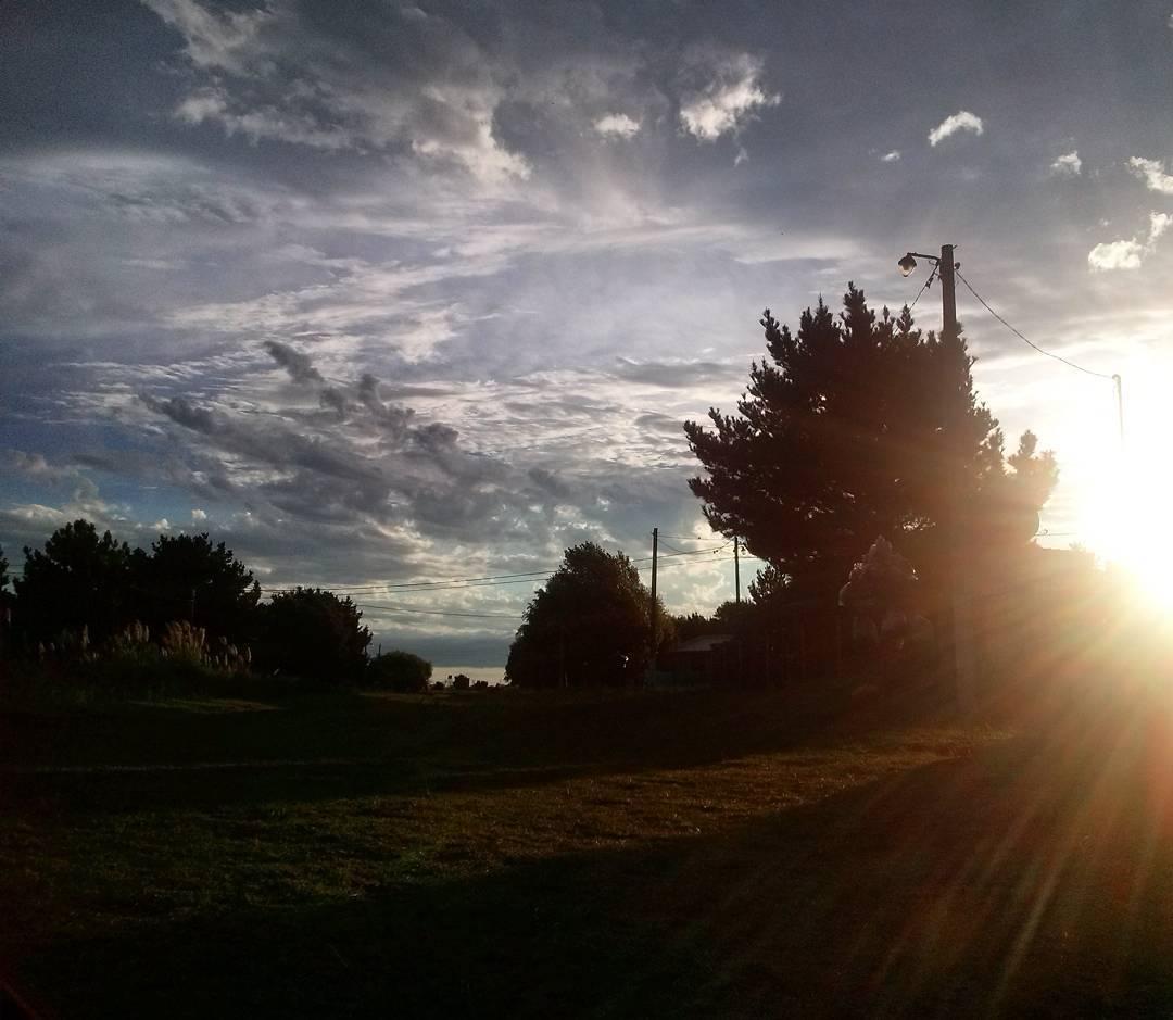 Despues de la tormenta sale el sol. #ph #sun #cielo #sky #nubes #clouds #atardecer #tramonto #sunset #caeelsol #nuevaatlantis