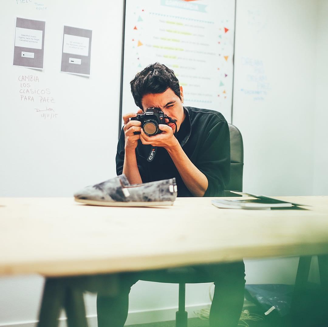 El chico que se esconde detrás de la cámara, de los focos, de las luces, del Photoshop, del Ilustrator, del Indesign y otras veces no logra esconderse porque también es modelo ocasional en Paez