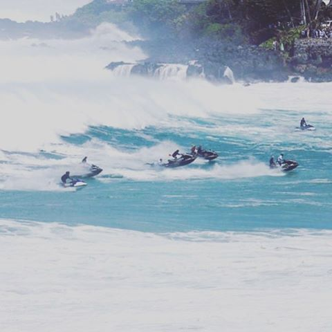 The unsung heroes of yesterday's Eddie- the @hawaiianwaterpatrol. Here they outrun one of the days many close out sets, only to turn around and head right back out there. Amazing work! #hwp #lifesbetterinboardshorts