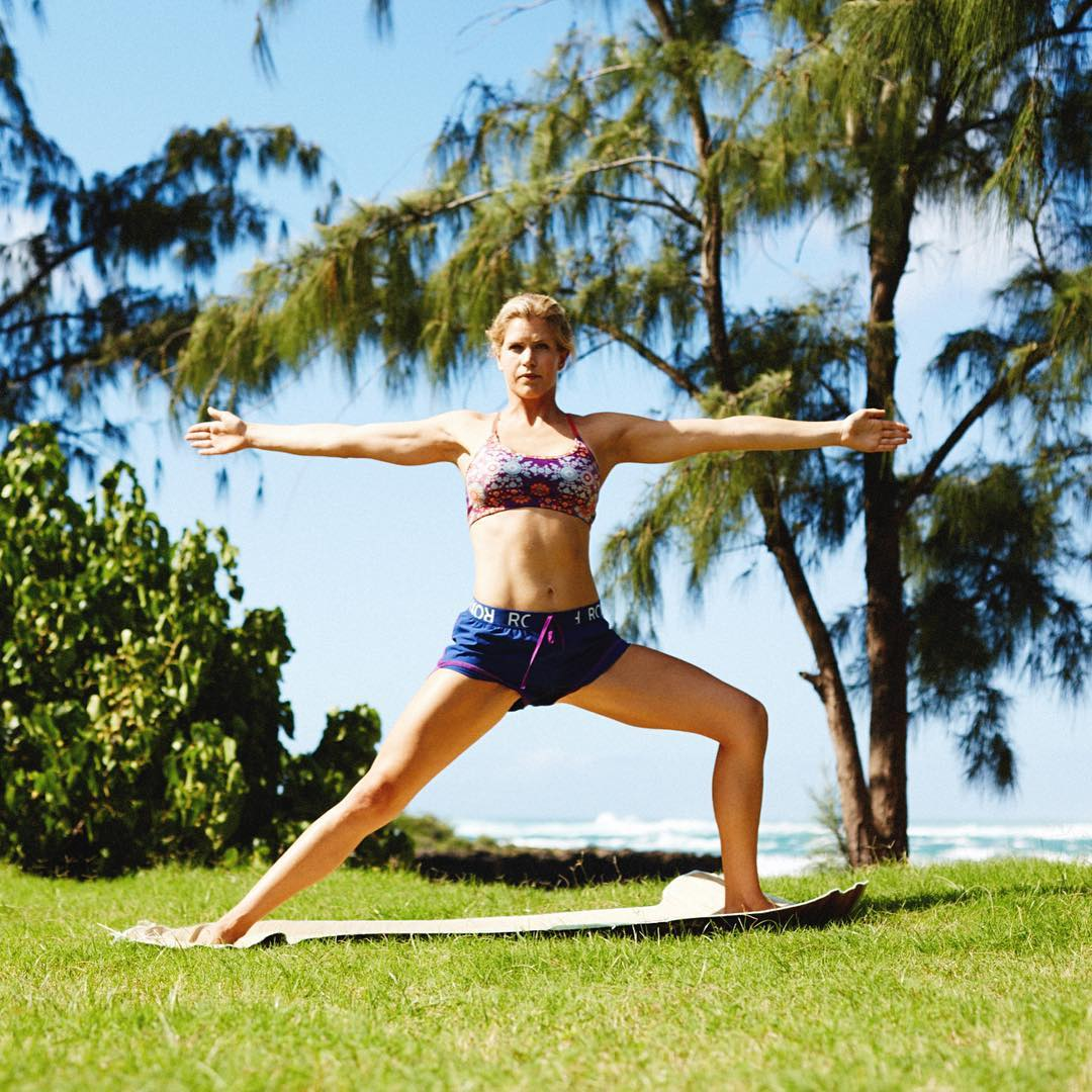 Who wants a little bit of workout motivation? Check out our three-stretch yoga sequence to be ready for the #ROXYfitness event! Link in our bio