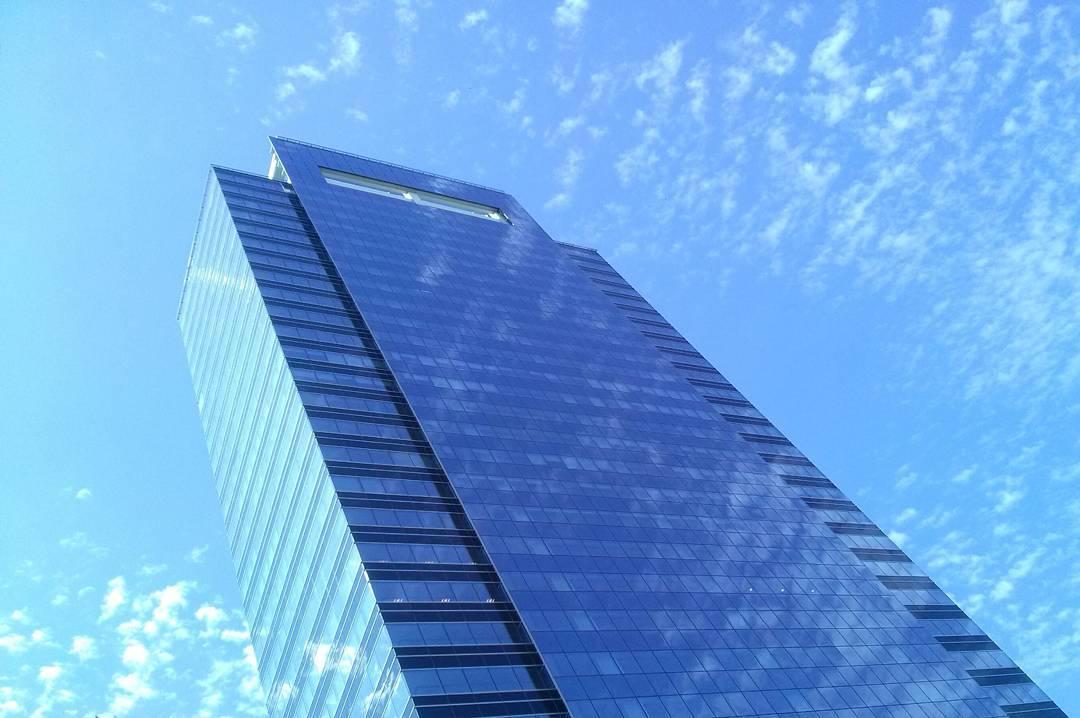 Si soy un pájaro, me lo llevo puesto. Un peligro.#sky #cielo #clouds #nubes #building #edificio #belgrano #irigoyen