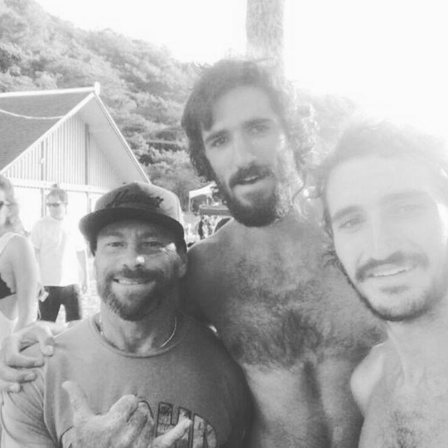 #eddiewent y los amigos Mae estuvieron ahí para disfrutarlo. @josejasmi junto a @thomasvictorcarrol y amigos desde #waimea #hawaii #maetuanis #surf #surfing #oahu #eddieaikau