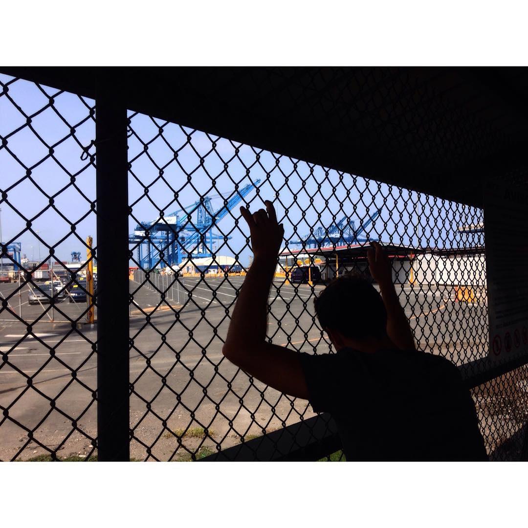 Hoy dimos un gran paso en nuestro viaje: La Viole ya está embarcada y lista para cruzar a Colombia.  Desde agosto, ella fue nuestra única constante; brújula y centro; nuestra reina y nuestra compañía en las buenas y en las malas.  Nos comimos varias...