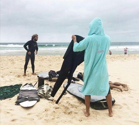 En Australia - Manly, salió surfing tempranito con elmandarina y @oteizalucas